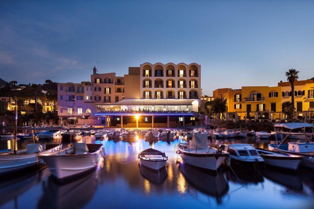 Außenansicht Hotel Regina Isabella vom Meer aus