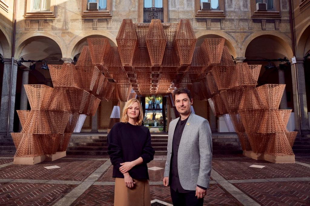 COS Creative Direktor Karin Gustafsson mit Arthur Mamou-Mani vor der Installation Conifera