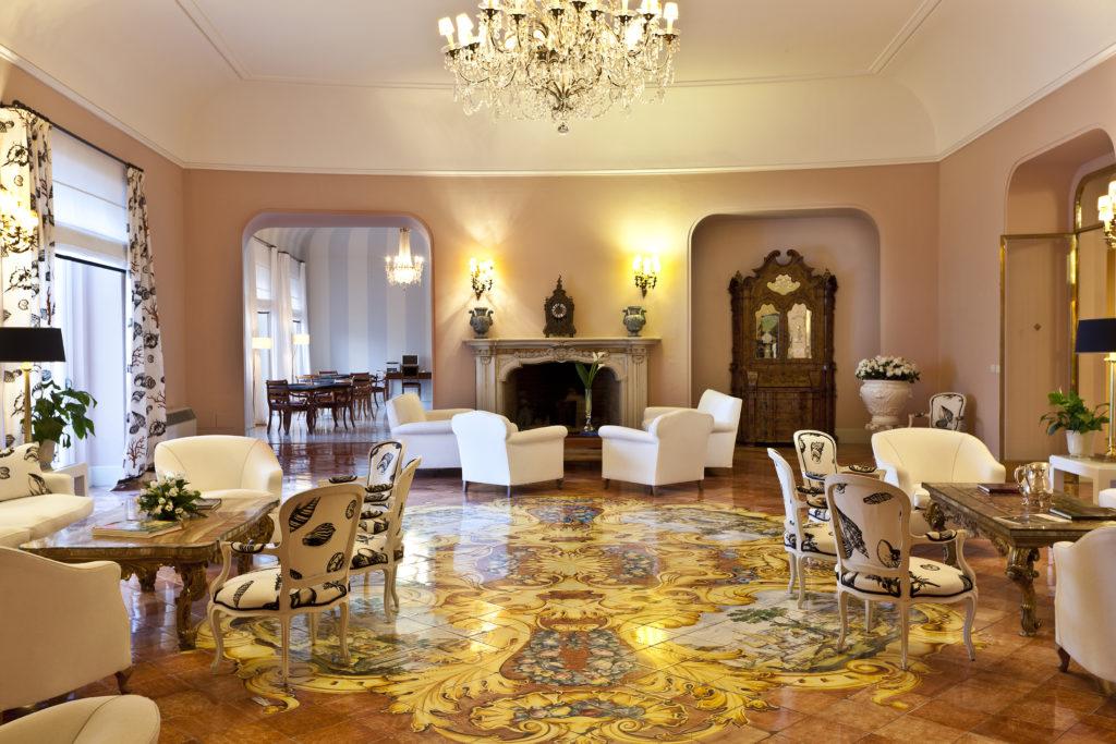 Kaminzimmer des Hotels Regina Isabella auf Ischia