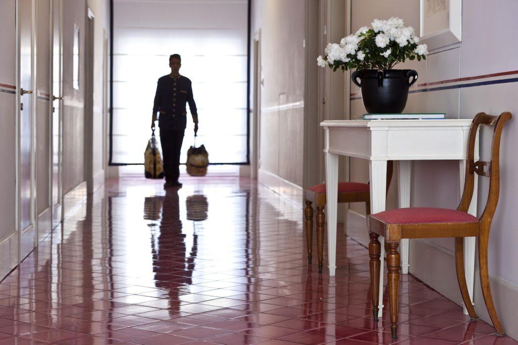 Page mit Gepäck im Hotel Regina Isabella