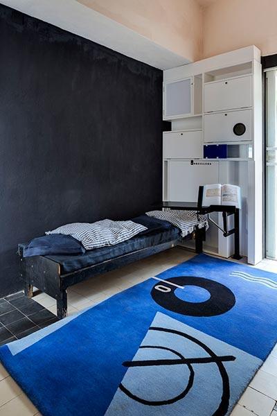 Schlafraum mit Einbaumöbel und Teppich von Eileen Gray
