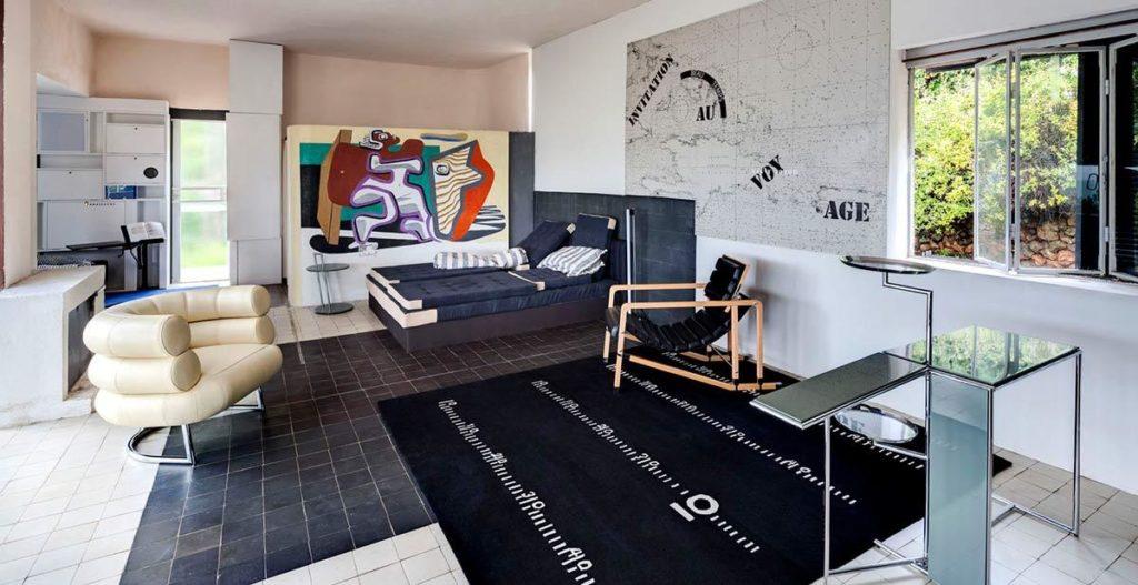 Wohnraum mit Eileen Grays eigenen Möbelentwürfen