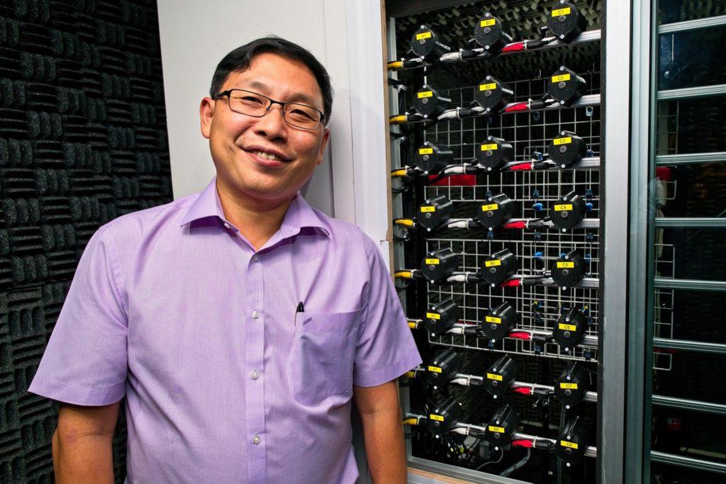 Professor Gan Woon Seng präsentiert den Prototyp der neuen Lärmabwehr-Technologie. (Foto: Nanyang Technological University)