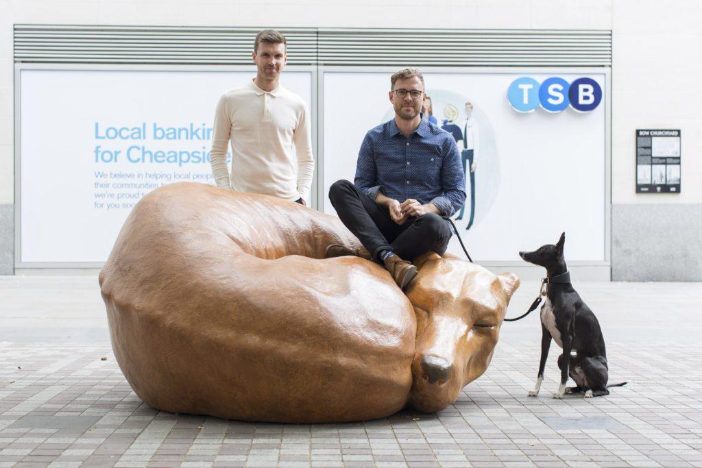 """Sitzen auf dem Hund: Stadtmöbel """"Whippet Good"""" von Delve Architects und DragonSmoke Construction soll zu entspannten Pausen verführen (Foto: LFA, Agnese Sanvito)"""
