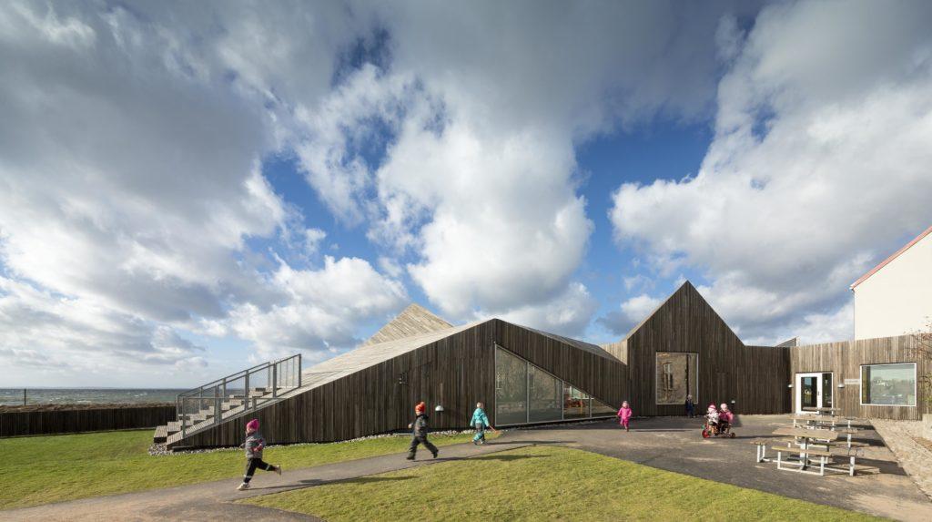 Råå Vorschule im schwedischen Helsingborg: Die dänische Architektin Mandrup ist dafür bekannt, im Einklang mit Natur und bestehenden Strukturen ein lebenswertes Umfeld zu schaffen.  (Foto: Adam Moerk)