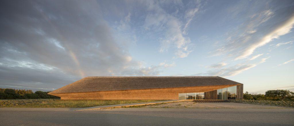 Das von Dorte Mandrups Büro designte Wadden Sea Centre im dänischen Esbjerg – in einer von der UNESCO zum Weltkulturerbe erhobenen Zone faszinierender Natur . (Foto: Adam Moerk)
