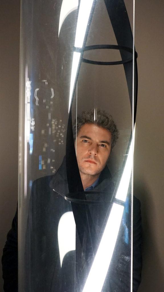 """Design-Ideen: Architekt Ivanov mit seinem Leuchtobjekt """"Light Column"""" (Bild: Nikolay Hristov Ivanov)"""