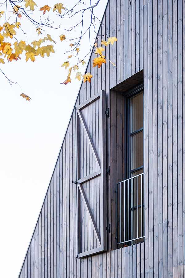 Einseitiger Fensterladen in der modernen Wohnhaus-Architektur