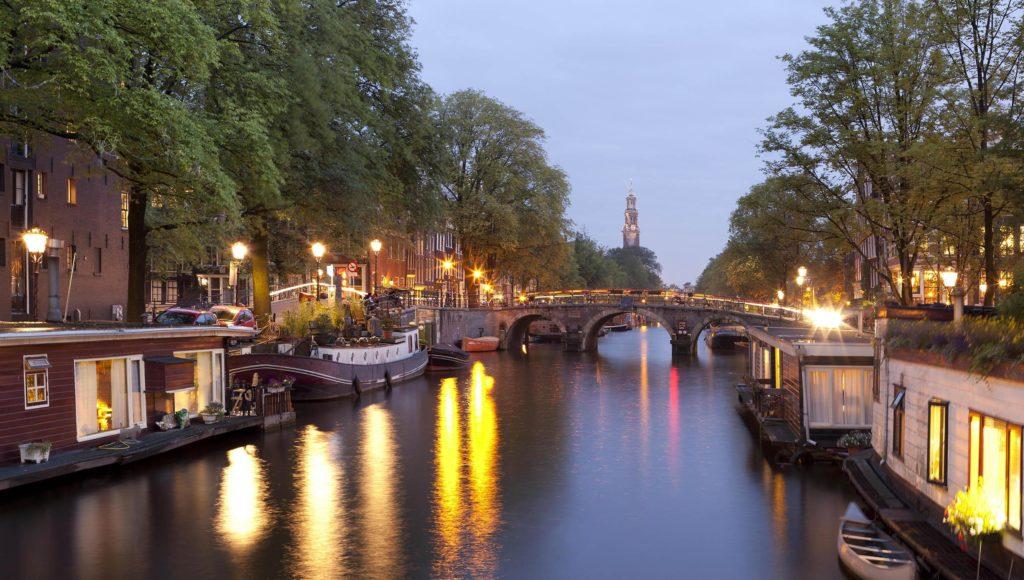 Hausboote in den Amsterdamer Grachten
