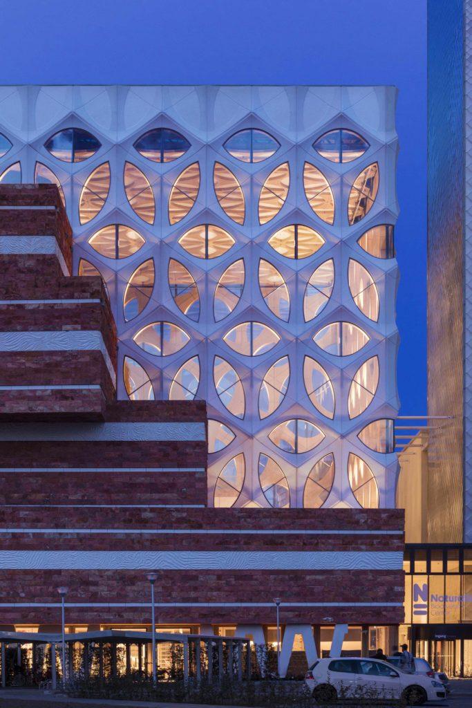Moderne Baukunst hat die Raumnot des Centers auf innovative Art gelöst (Foto: ScagliolaBrakkee / © Neutelings Riedijk Architects)