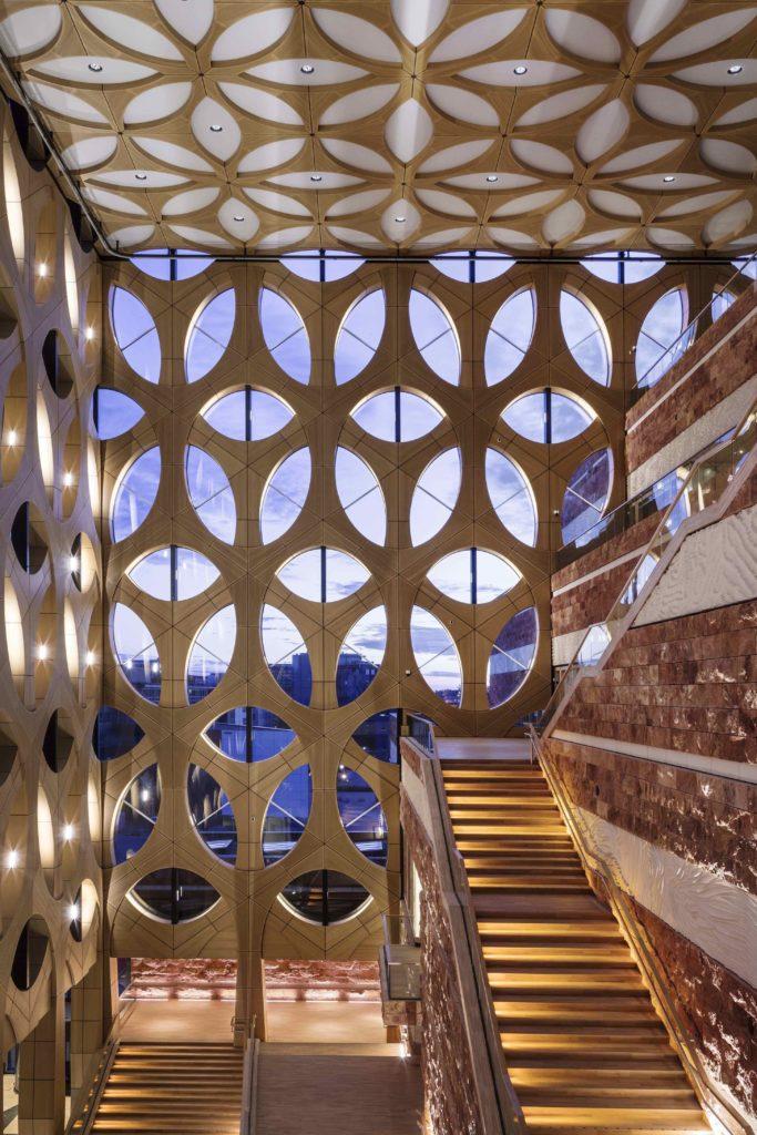"""""""Gläserne Krone"""": Der durchbrochene Aufbau flutet das Atrium mit Tageslicht. (Foto: ScagliolaBrakkee / © Neutelings Riedijk Architects)"""