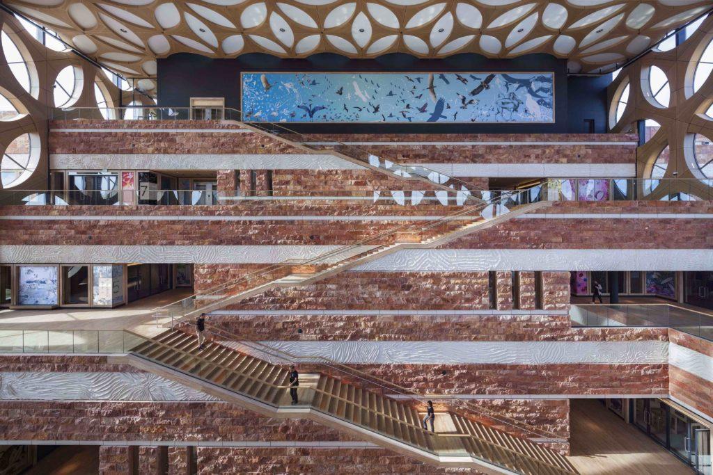 Viel neuer Raum für Besucher, Forscher und naturkundliche Sammlung: Die Halle des neu eröffneten Naturalis Centers. (Foto: ScagliolaBrakkee / © Neutelings Riedijk Architects)