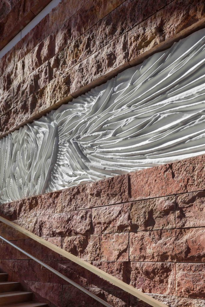 Innen- und Außenfassade: Mode-Designerin van Herpens Relief-Paneele und roter Stein. (Foto: ScagliolaBrakkee / © Neutelings Riedijk Architects)
