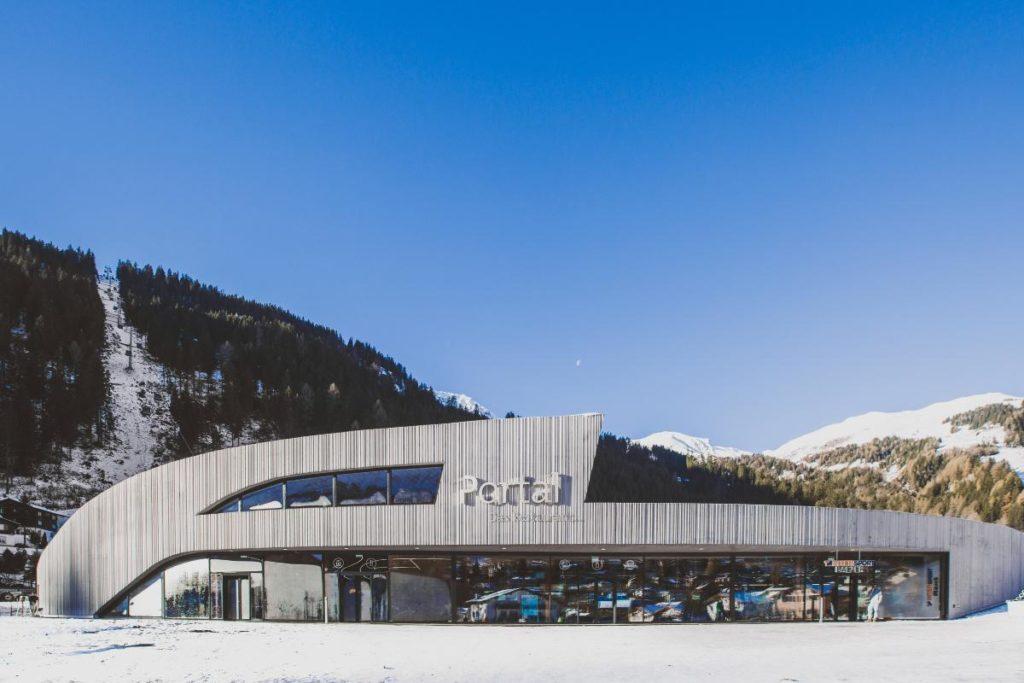 """Blickfang und Zugang zum Schigebiet """"Lenzerheide Arosa"""": Das Portal Churwalden. Die Talstation mit Restaurant und Aussichtsplattform hat die Ortsstruktur neu geordnet. (Foto: RitterSchumacherAG)"""
