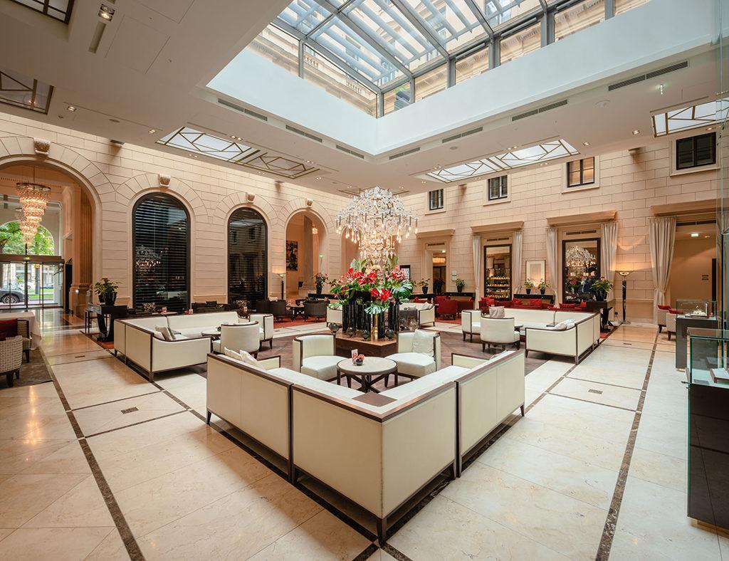 Hell und einladend: Die Lobby des Hansen Kempinski. (Foto: Nagl)
