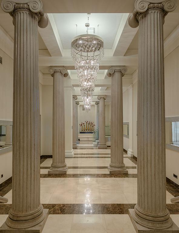 Purer Genuss für Architekturfans: Die Gänge und Hallen des historischen Gebäudes (Foto: Nagl)