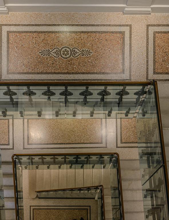 Auch das liebevoll restaurierte Treppenhaus des Hansen Kempinski ist eine Augenweide (Foto: Nagl)