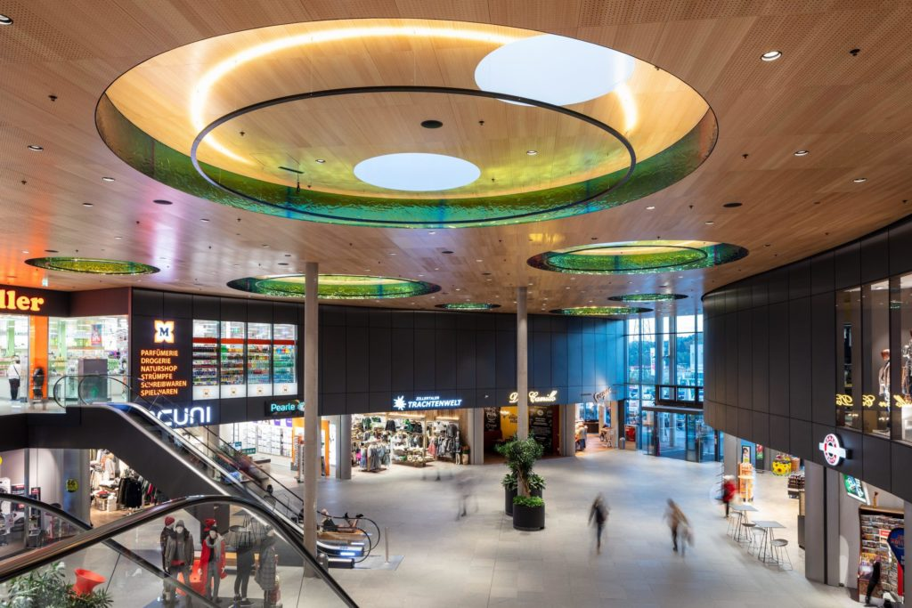 Das steirische Einkaufszentrum WEZ in Bärnbach erstrahlt in neuem Glanz: Vom österreichischen Studio BEHF modernisiert und jetzt mit einem Special Prize des Prix Versailles 2019 bedacht.  (Foto: Markus Kaiser)