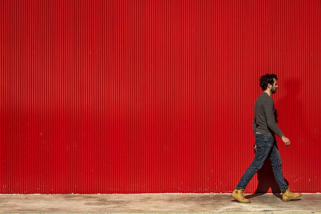 ein sehr rotes Haus südlich von Lissabon