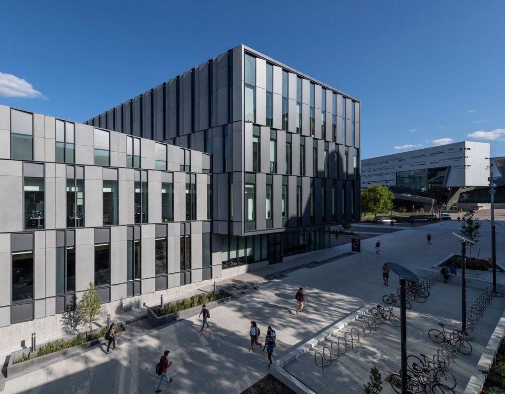 Wie ein neuer Angelpunkt im Herzen des Campus der University of Cincinnati: Der jüngst eröffnete Neubau des Lindner College of Business soll Bildung und Networking fördern. (Foto: Alex Fradkin)