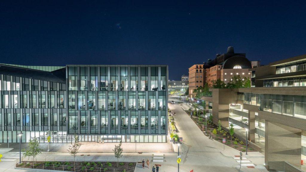 """Henning Larsen macht US-Uni """"hyggelig"""": Das neue Gebäude der Lindner Business School in Cincinnati (Foto: Alex Fradkin)"""