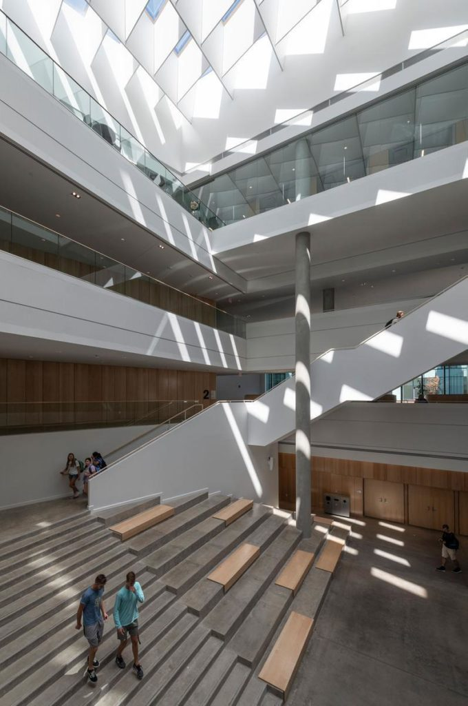 Freundlich heller Freiraum im ganzen Gebäude der neuen Lindner Business School. (Foto: Alex Fradkin)