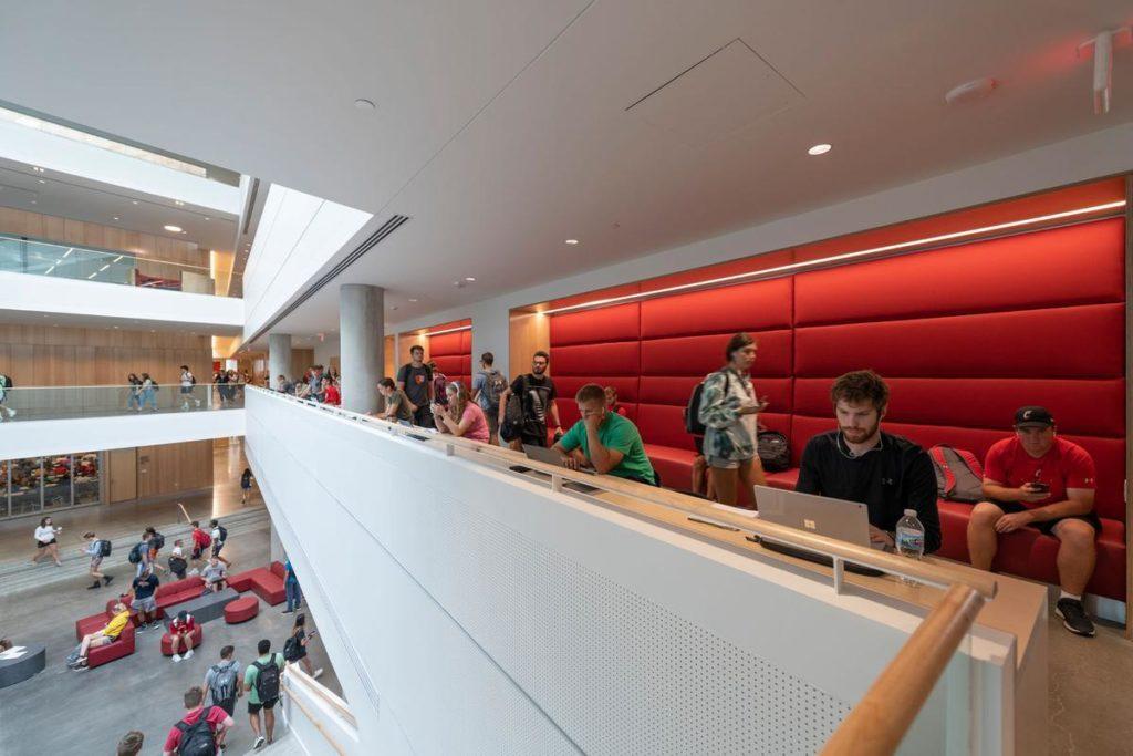 Lindner Business School: Viel Platz zum Lernen und Unterhalten. Foto: Alex Fradkin