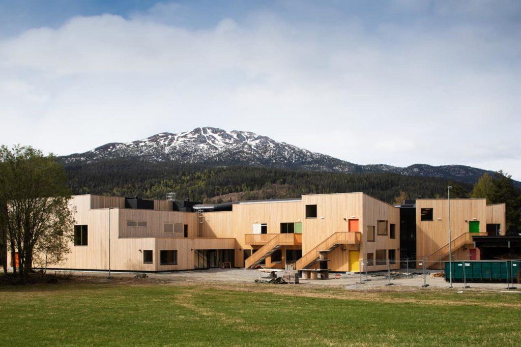 Auf die dörfliche Typologie zugeschnittener Neubau: PPAGs neues Schulgebäude in Sauland vor der Fertigstellung (Foto: Wolfgang Thaler)