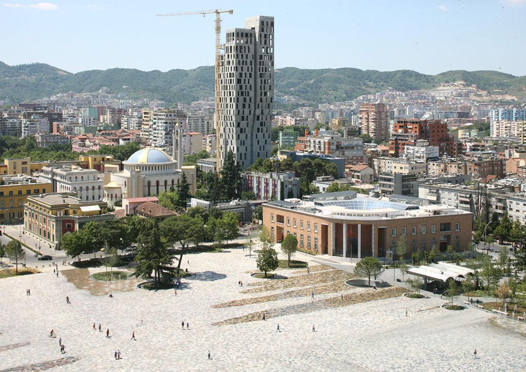 Neues Leben für den Skanderbeg Platz im albanischen Tirana – designt von 51N4E, Anri Sala, Plant en Houtgoed und iRI. Das Projekt schaffte es in die Endrunde des EU Mies Award. (Foto: Filip Dujardin)