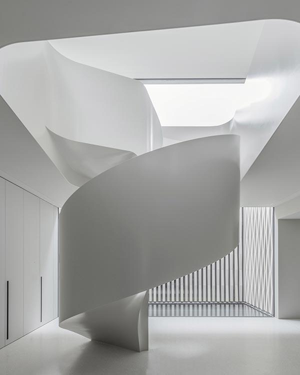 Villa am Zürichsee, geschwungene Treppe