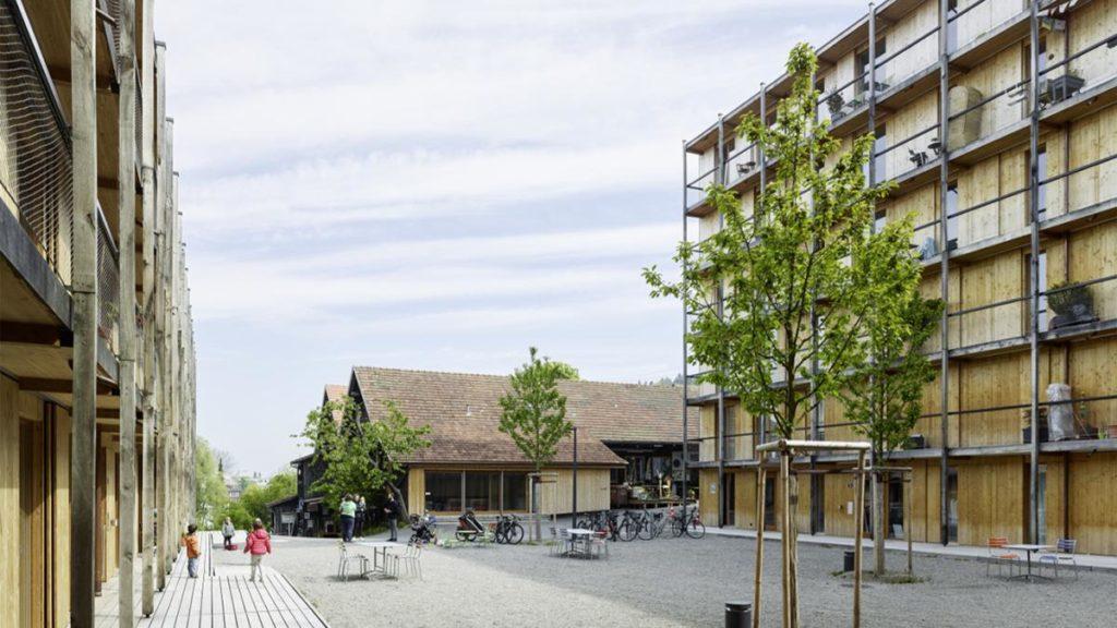 """Innenhof und """"Treffpunkt"""" des Mehrgenerationenhauses. (Foto: Georg Aerni)"""