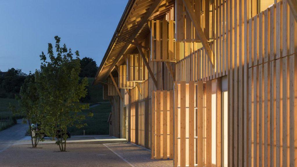 Elegantes Projekt-Detail aus der Hand der Holzbau-Pioniere weberbrunner architekten: Die transluzente Holzverkleidung des Mehrfamilienhauses Im Amt.  (Foto: Beat Bühler)