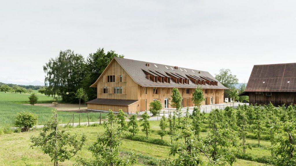 Weberbrunners Holzbauwerk am Rand von Gutenswil. (Foto: Beat Bühler)