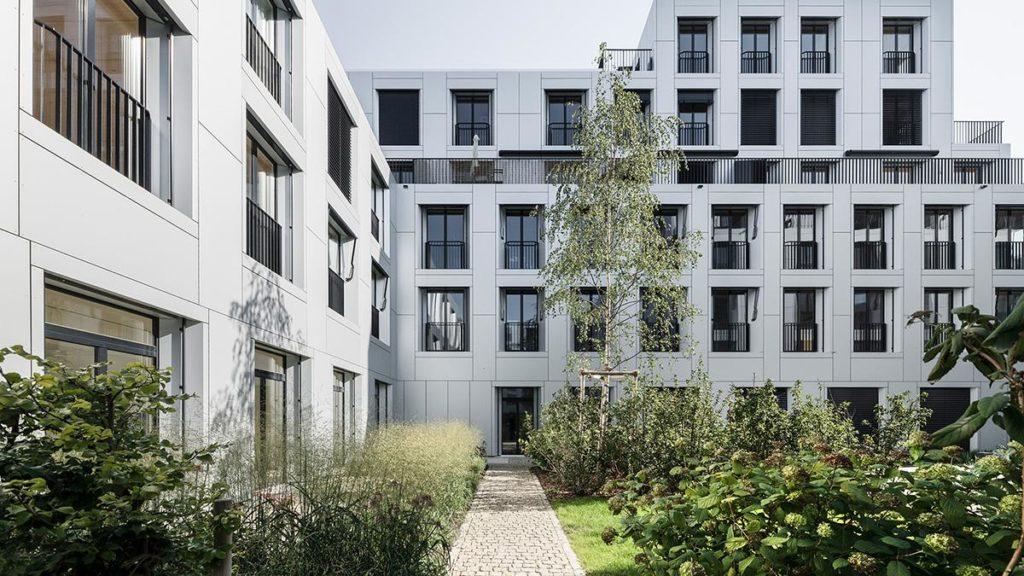 Bewegte Terrassenlandschaft in der sue&til Siedlung. Eine dünne Aluminiumverkleidung verdeckt und schützt den Holzkern.  (Foto: Beat Bühler)