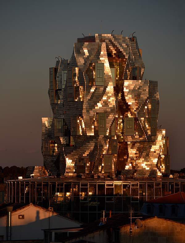 Frank Gehrys Turm in Arles bei Nacht