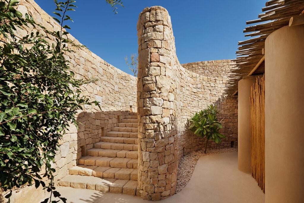 Von Hand behauener Stein gestaltet die Zu- und Durchgänge der neuen Six Senses Anlage in Israel. (Foto: Six Senses)