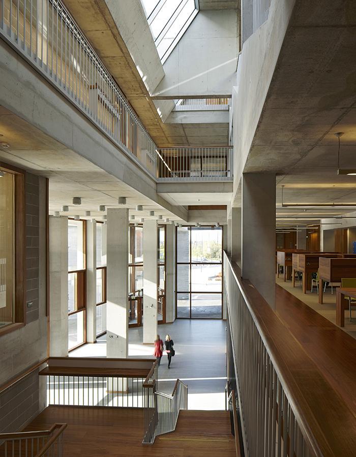 Die Kunst der Pritzker-Siegerinnen: Gekonnt genütztes Tageslicht in der Medical School der University of Limerick  (Foto: Dennis Gilbert)