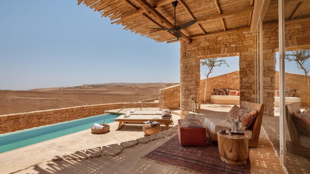 """Six Senses lockt ins Bibel-Land: Abenteuerlicher Komfort: Die Pool Terrasse einer Villa des """"Shaharut""""-Resorts. (Foto: Six Senses)"""