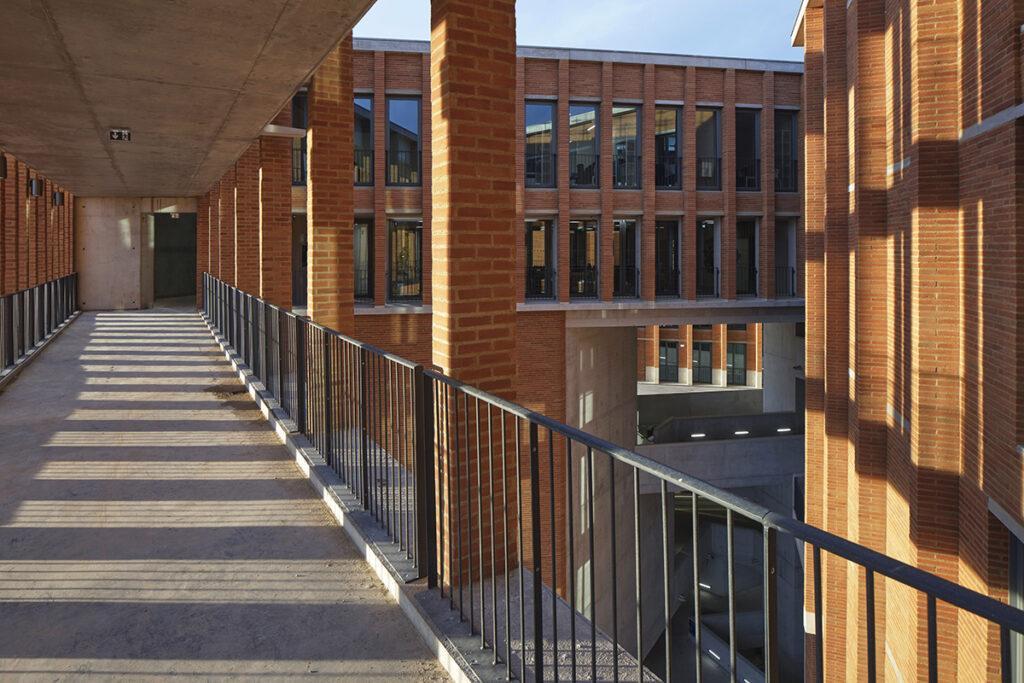 Die Kunst der Pritzker-Siegerinnen: Université Toulouse 1 Capitole (Foto: Dennis Gilbert)