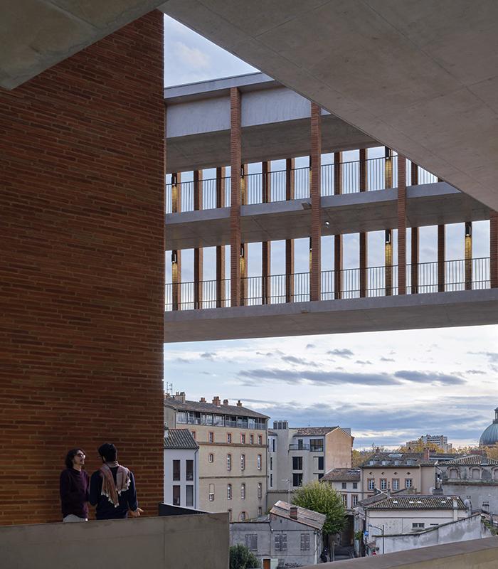 Die Kunst der Pritzker-Siegerinnen: Die 2019 fertiggestellte Université Toulouse 1 Capitole (Foto: Dennis Gilbert)