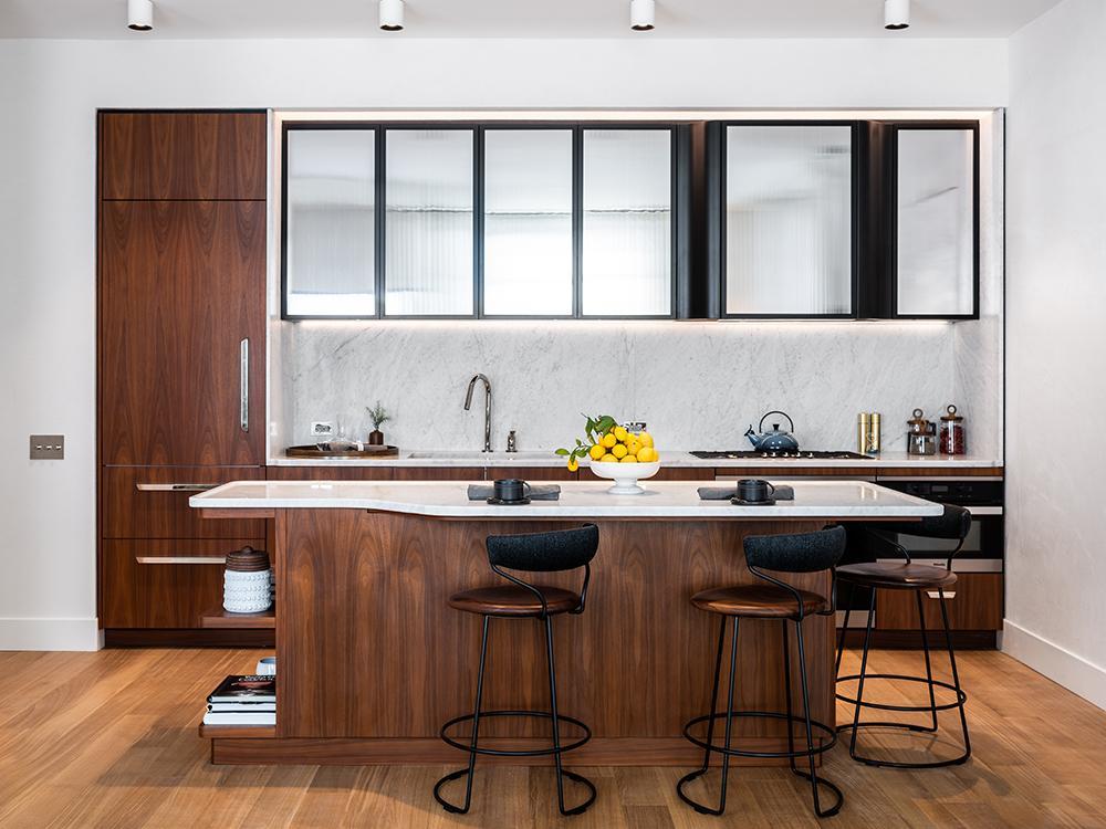 """""""Vive la France"""" im Greenwich West. Zentral positionierte Kücheninseln mit viel Holz und Marmor. (Bild: Alan Tansey)"""