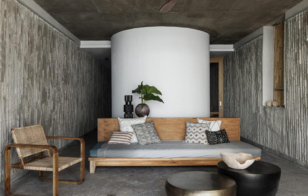 """Schlicht und komfortabel: Wohnzimmer im Resort """"Tiing"""". (Bild: Ben Hosking für Brunsdon)"""