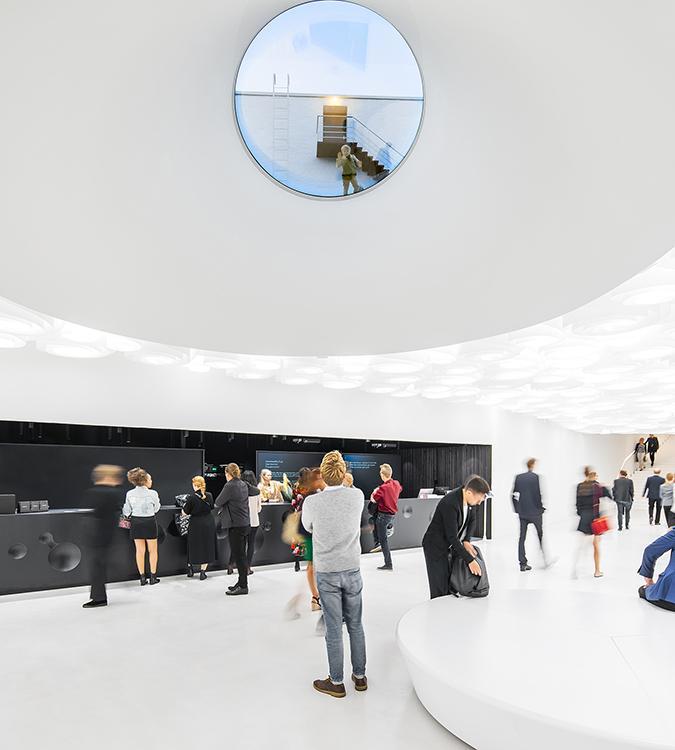 Unterirdisch: Die Ausstellungsräume des Amos Rex mit Dachfenstern. (Bild: JKMM / Tuomas Uusheimo)
