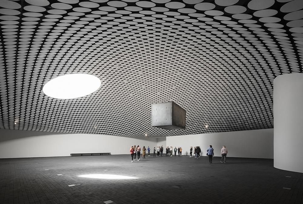 Überirdisch unterirdisch: Amos Rex! Weitläufig und ohne Säulen: Die Ausstellungshalle des Amos Rex Museums. (Bild: JKMM / Tuomas Uusheimo)