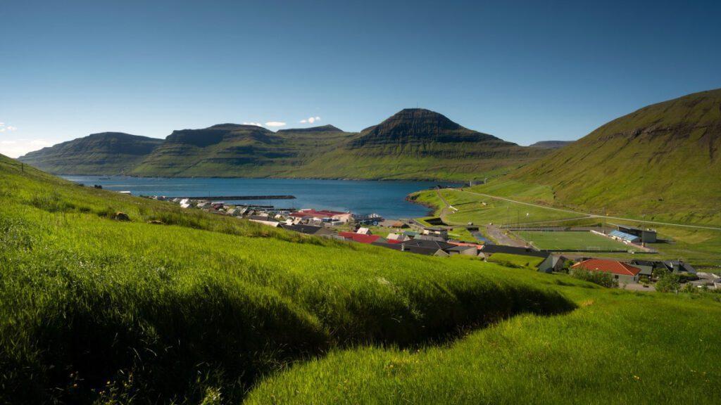 Grasbedachtes Rathaus in Norðragøta
