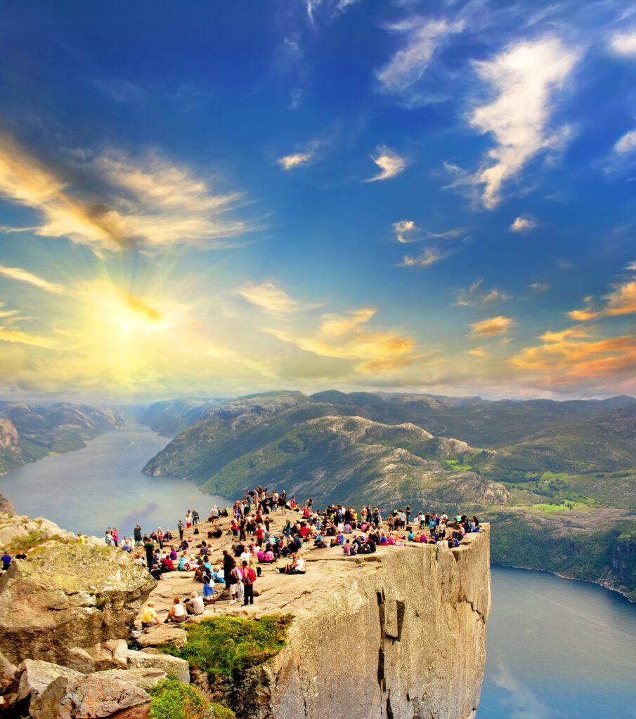 Pulpit Rock, Preikestolen, Leute bei Sonnenuntergang