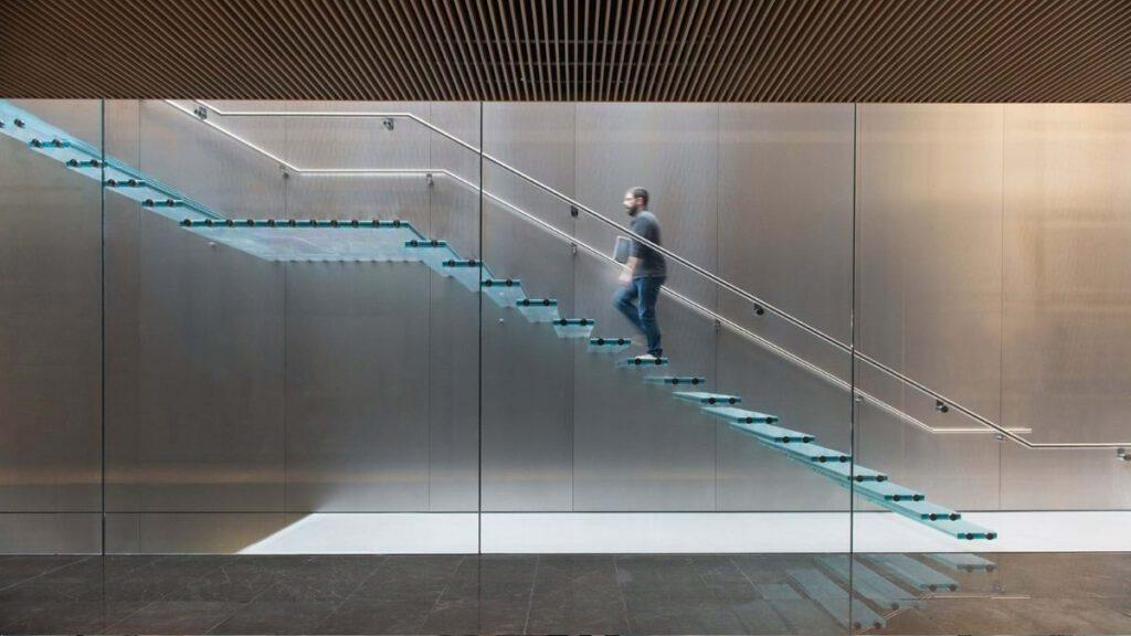 Stufen als massivem Glas in Zorlu