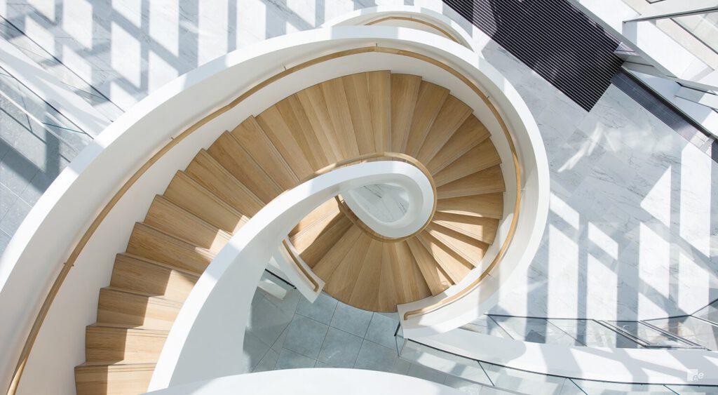 Treppe in weiß und mit Eichenstufen