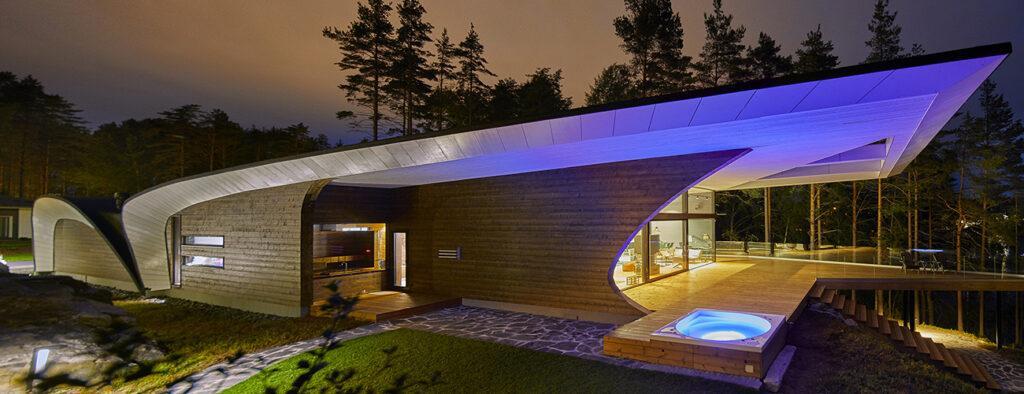 Das markant geschwungene Dach macht das Blockhaus unverwechselbar. (Bild: Hans Koistinen)