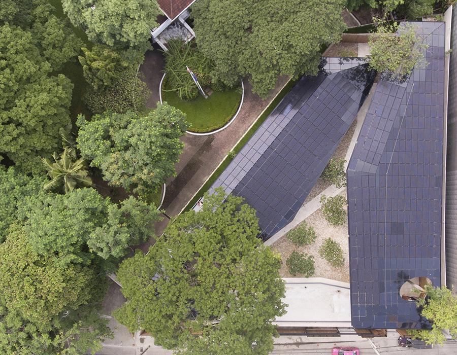 Die Dächer der grünen Botschaft sind mit Solarpaneelen ausgestattet. (Bild: Holodeck architects)